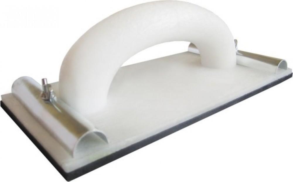 Сеткодержатель для шлифования класс Стандарт (230х80 мм)Сеткодержатели, сетка абразивная<br>Терка или сеткодержатель для шлифования класс Стандарт (230х80 мм) представляет собой профессиональный обдирочный инструментарий специальной конструкции, включающей:- Корпус с ручкой – выполнен из пластика, отличается устойчивостью к механическим (в т.ч. удары) воздействиям, например при неосторожном падении с высоты не трескается.- Резиновую рабочую часть (плоская прямоугольная подошва).- Металлические винтовые зажимы для фиксации абразивного (обдирочного) полотна.Основное предназначение терки – ошкуривани<br>