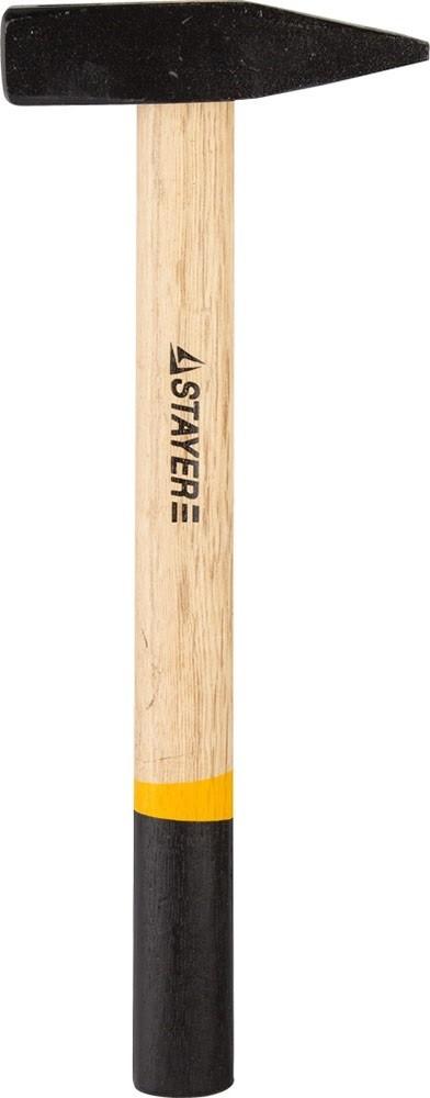 Молоток слесарный STAYER Master с деревянной рукояткой (1000 г)Молотки, кирки, киянки, кувалды, топоры<br>Широкая область применения отличает молоток слесарный STAYER Master с деревянной рукояткой (1000 г). Его используют для разных видов работ: общестроительных, демонтажных, отделочных, ремонтных, кровельных, рихтовочных слесарных, плотницких и так далее. Секрет универсальности применения кроется в особенном строении головки («немецкий» тип). Она состоит из заостренного, суженного бойка и плоского битка. Благодаря такой конфигурации молотком легко забивать гвозди, колышки, арматуру (например устройство контура<br>