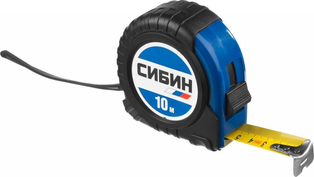 Рулетка СИБИН обрезиненный пластиковый корпус (10 м/25 мм)Рулетки<br>Универсальная рулетка СИБИН (10 м/25 мм) представляет собой несложную, но удобную конструкцию. Она состоит из пластикового корпуса и стального полотна с нанесенной цифровой разметкой.  Область применения инструмента охватывает различные сферы деятельности. Рулетка незаменима в строительстве, при выполнении ремонтных работ, сборке мебели, в автосервисах, мастерских, на производстве, дома и так далее. Она позволяет быстро осуществлять разметку больших (до 10 метров) площадей и отдельных элементов.Преимущества<br>
