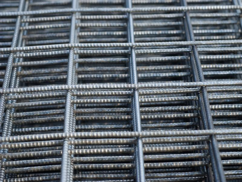 Сетка сварная (D3 / 50 х 50 мм / 0.5 х 2 м / 1 м2)Стеклообои, Серпянка, Сетка, Лента, Скотч<br>Высококачественный продукт сетка сварная (карта) D3 ячейка 50/50 мм размер 500/2000 мм (1 м2) представляет собой плоскую металлическую конструкцию заданных геометрических размеров. Она изготавливается по специальной технологии из стальных прутов диаметром 3 мм., которые перпендикулярно соединяются между собой точечной контактной сваркой. При этом обеспечивается максимальная надежность фиксации всех элементов, гарантируя прочность и долговечность карты.Область примененияБлагодаря своим качественным характери<br>