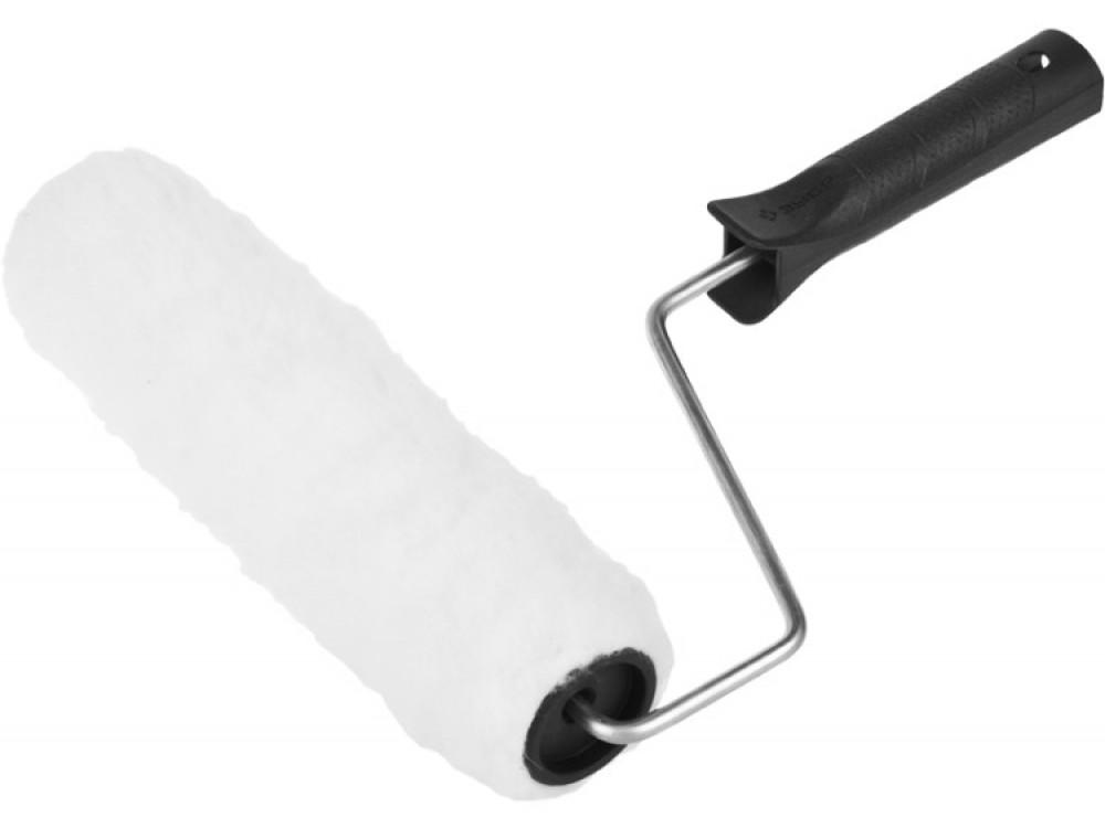 Валик ЗУБР СТАНДАРТ РАДУГА меховой (240 мм)Валик малярный<br>Не секрет, что предварительное грунтование поверхностей значительно улучшает качество сцепления с наносимыми в дальнейшем материалами, выравнивает впитываемость оснований, обеспечивает продолжительный срок эффективной эксплуатации получаемых покрытий. Такая обработка не занимает много времени и может осуществляться с помощью кисти или распылителя. Однако наиболее распространенным и удобным инструментом является валик ЗУБР СТАНДАРТ РАДУГА меховой (240 мм)). Он представляет собой несложное<br>